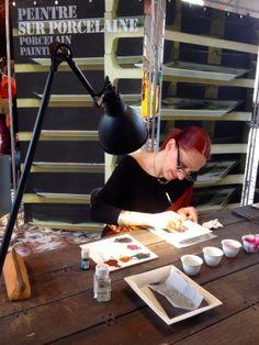 Christina, peintre sur porcelaine