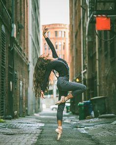 Dancers against city backdrops by Omar Robles (Seattle, Washington) Dance Picture Poses, Dance Photo Shoot, Dance Poses, Dance Pictures, Ballerina Photography, Dance Photography Poses, Street Ballet, Street Dance, City Dance