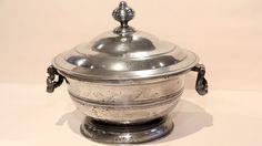 Obwohl auf dem Deckel die Zahl 1644 eingraviert ist, entstand die Zinnterrine im 19. Jahrhundert. Darauf weist auch die Engelsmarke hin. Diese gibt es erst seit dem 18. Jahrhundert. Sie kommt von Englisch Zinn, da im 18. Jh der Bleianteil verringert wurde, sie gibt Aufschluss über die Herkunft. Die dunklen Flecken sind Zinnfraß, er ensteht durch Fehlstoffe und Salze, die miteinander reagieren. Mit feiner Stahlwolle abreiben. Wert: 100 Euro.