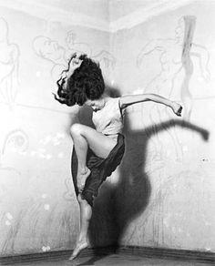 I hope you know that beautiful free feeling when you dance.  (Nacho López. El vuelo del alma, 1950.)