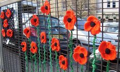 Excellent Gardening Ideas On Your Utilized Espresso Grounds Flanders Fields Close Up Of Flanders Fields Piece In Chipping Norton Yarn Bombing, Yarn Flowers, Crochet Flowers, Guerilla Knitting, Crochet Projects, Art Projects, Urbane Kunst, Flanders Field, Fence Art