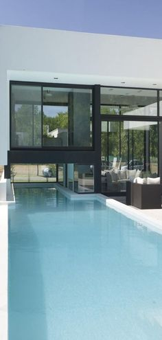 Black Contemporary Family House With Impressive Swimming Pool Exterior Tradicional, Inside Pool, Estilo Interior, Villa, Contemporary Home Decor, Cool Pools, House Goals, Pool Designs, Decoration