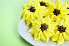 Sunflower meringue cookies - so lovely! Meringue Pavlova, Meringue Desserts, Meringue Cookies, Yummy Treats, Delicious Desserts, Sweet Treats, Cake Decorating Tutorials, Cookie Decorating, Cookie Recipes