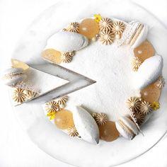 Moderne æblekage med hasselnøddebunde og hvid chokolademousse Apple Recipes, Sweet Recipes, Cake Recipes, Mousse, International Recipes, Cakes And More, Let Them Eat Cake, Food To Make, Cheesecake