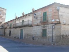 Casona de Plaza Mayor , de estilo castellano, con balcón tipo corrala