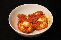 Sambal goreng telor is een Indonesisch bijgerecht, de letterlijke vertaling is sambal gebakken eitje. Gisteren heb ik een Thai green curry gemaakt en sambal goreng telor smaakt daar erg lekker bij. Daarnaast is dit ook erg lekker bij andere Aziatische gerechten, bijvoorbeeld als u nasi of bami maakt.