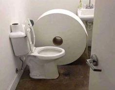 Coronavirus Toilet Paper Memes - hilarious images and toilet paper memes about the great toilet paper shortage of Humor is great until you are out of TP! Toilet Paper Meme, Toilet Art, Toilet Humour, Funny Images, Funny Pictures, Rage Comic, Humor Grafico, I Laughed, Haha