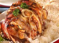 Ingredience: vepřové maso 1,5 kilogramu, sýr polotvrdý 7 plátků (Eidam), cibule 3 kusy, slanina anglická 50 gramů (plátky), hořčice plnotučná 7 lžiček, kečup 7 lžiček, sádlo 2 lžíce, voda (nebo vývar na podlévání), koření 2 lžičky (na gyros), sůl. Pork Tenderloin Recipes, Pork Recipes, Cooking Recipes, Good Food, Menu, Chicken, Dinner, Breakfast, Health