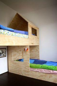 Mobilier en multiplex fait sur mesure pour une chambre d'enfants. Simple, beau, ludique et pas cher.
