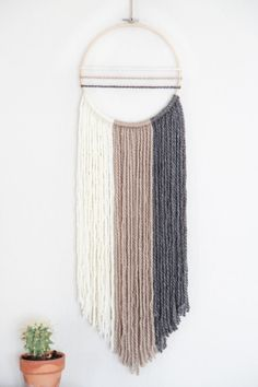 Newest Pictures Macrame Wall Hanging ombre Tips Macrame is back in fashion! If your style can be even a bit boho, a macrame wall hanging can be a mu Yarn Wall Art, Diy Wall Art, Diy Wall Decor, Boho Decor, Diy Tumblr, Dream Catcher Boho, Dream Catchers, Dream Catcher Hoops, Boho Wall Hanging