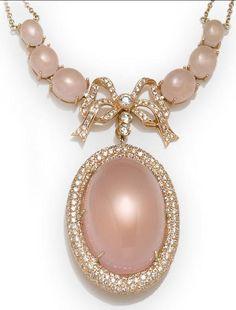 Un cuarzo rosa y collar de diamantes. peso estimado total de diamantes: 3,80 quilates, montados en dieciocho quilates de oro rosa, longitud: 16 1/2in. Bonhams.