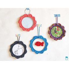 Petits cadres ronds au crochet pour quelques touches de couleur sur les murs...  Dessiner, ressortir les imprimés de @flowmagazine_fr et crocheter un mini poisson rouge = bien-être! 💓   Happy vendredi #igers  -  -  -  #crochet #crochetdeco #ganchillo #haken #hooked #madecoamoi #atelierkameleonfactory #faitmain #crochetlove #cadre #poisson #dessin #illustration #graphisme