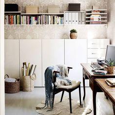 """115 tykkäystä, 1 kommenttia - Unelmien Talo ja Koti (@unelmientalojakoti) Instagramissa: """"Romanttinen kirjoituspöytä ja moderni kaapisto ovat hyvä työpari! Kuva Krista Keltanen #työhuone…"""""""