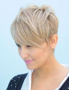 Façon mèche Plus longs à l'avant qu'à l'arrière, les cheveux se positionnent sur le visage comme une mèche.