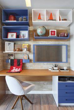 O canto de estudo da criança, com nichos em laca azul e painel de madeira. Tudo organizado e no lugar, vem ver no blog!