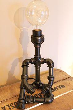Jolie petite lampe en raccord de plomberie galvanisé peinte couleur noir métallisé. Hauteur 27 centimètres au niveau de la douille, 38 centimètres en haut de l'ampoule, 18x18 cm à la base. Livrée avec un ampoule globe type Edison, diamètre 80, 60 w.