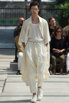 See all the Collection photos from Issey Miyake Men Spring/Summer 2017 Menswear now on British Vogue Mode Masculine, Fashion Show, Mens Fashion, Fashion Outfits, Fashion Design, Paris Fashion, Style Androgyne, Issey Miyake Men, Looks Pinterest