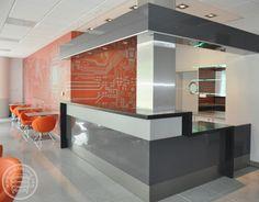 Okładzina ścian baru uczelni technicznej, wykonane z płyt kompaktowych HPL z nadrukiem układu scalonego