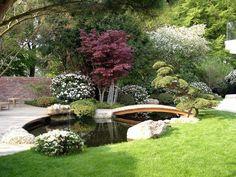 Oosterse tuin met prachtige sierkers en loopbrug.