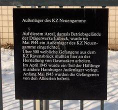 Schwarze Tafel aus dem Tafelprogramm des Denkmalschutzamtes am Ort des ehemaligen Außenlagers Wandsbek-Drägerwerke