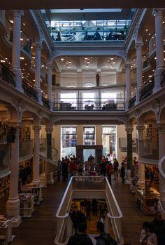 Librairie Carturesti à Bucarest, une des plus belles librairies au monde se trouve en Roumanie Ukraine, Bucharest Romania, Dream Library, American Country, Eastern Europe, Old World, The Good Place, Travelling, Buildings