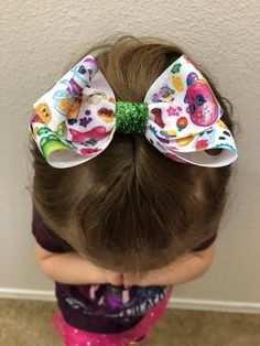 How to make hair bows in three easy styles - then change them, stack them, and add embellishments for a look that is perfect for the girls in your life! Bow Tie Hair, Diy Hair Bows, Diy Bow, Diy Ribbon, Rainbow Loom Charms, Rainbow Loom Bracelets, How To Make Hair, How To Make Bows, Pinwheel Bow