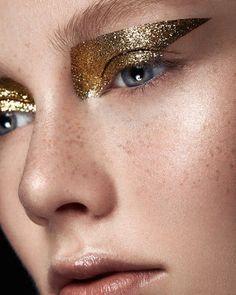 make up guide Gold glitter eye makeup // Photo by Ruo Bing Li make up glitter;make up brushes guide;make up samples; Make Up Gold, Glitter Make Up, Gold Glitter, Gold Sparkle, Glitter Boots, Glitter Wedding, Glitter Dress, Glitter Nails, Makeup Looks