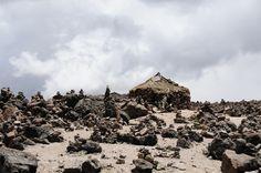 Los viajeros que visitan el Mirador de Patapampa tienen la costumbre de colocar apachetas, o pequeñas torres de piedra como indicando el camino, la parte más alta de la ruta y el homenaje a los Apus o montañas andinas.