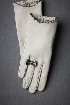 Pretty leather gloves with bow ring.