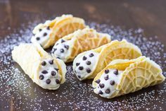 Pizzelle Cannoli with Ricotta Filling, a delicious alternative to traditional cannoli. Especially when you want to enjoy your cannoli in a hurry! Pizzelle Cookies, Pizzelle Recipe, Ricotta Filling Recipe, Cannoli Filling, Banana Nutella Muffins, Holy Cannoli, Mini Bananas, Italian Recipes, Italian Foods