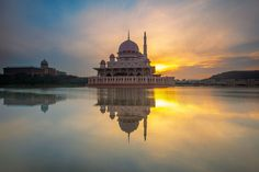 40 beautiful mosques around the world Putrajaya, Great Places, Places To See, Places To Travel, Beautiful Mosques, Beautiful Places, Indian Architecture, Best Sunset, World Images
