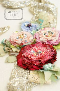 fabric flowers Mollie makes issue 40 cover project by Marna Lunt Fabric Ribbon, Fabric Crafts, Mollie Makes, Textile Jewelry, Fabric Jewelry, Jewellery, Diy Rose, Diy Fleur, Quilts