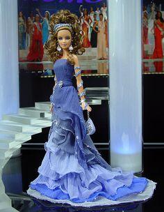 OOAK Barbie NiniMomo's Miss Ionian Islands 2011 - El grupo histórico y sorprendente principalmente de 7 islas frente a la costa de la península griega en el mar Jónico envía una igualmente impresionante griega diosa en un vestido de alta costura inspirada por Nina Ricci.