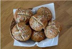Domácí housky z žitné mouky  Pro 10 kusů potřebujeme: 625 g žitné mouky, 1 plátek másla nebo 1 lžíce sádla, 437 g vlažné vody, 18 nebo 19 g soli, 1/4 lžičky cukru, kmín, 1 balení droždí Slovak Recipes, Baby Food Recipes, Muffin, Food And Drink, Gluten Free, Yummy Food, Bread, Baking, Breakfast
