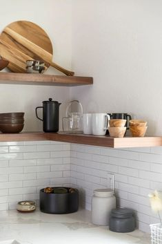 Kitchen Corner, Kitchen Shelves, Diy Kitchen, Kitchen Decor, Kitchen Ideas, Minimalist Kitchen Backsplash, Kitchen Soffit, Minimalistic Kitchen, Minimal Kitchen