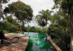 A piscina com borda infinita foi elevada ao mesmo patamar do jardim para aumentar a convivência da família no espaço. Projeto dos arquitetos Beatriz e Eduardo Fernandez Mera, da Mera Arquitetura Paisagística