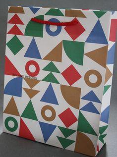 Hier ein tolles Beispiel einer Papiertüte aus Kraftpapier 120g/m² mit außergewöhnlichem 3-farbigen Druck und farblich angepasster Baumwollkordel Quilts, Blanket, Kraft Paper, Comforters, Blankets, Patch Quilt, Kilts, Carpet, Log Cabin Quilts