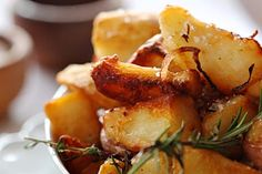Some chefs boil the potatoes first and finish the cooking in duck fat. Serve with pan-fried fish, roast chicken or grilled steak. Rice Cooker Recipes, Veg Recipes, Air Fryer Recipes, Easy Dinner Recipes, Cooking Recipes, My Favorite Food, Favorite Recipes, Pan Fried Fish, Air Fried Food
