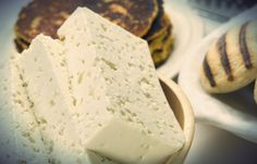 ¿Cómo hacer queso blanco llanero?  En Venezuela existe una gran diversidad de quesos que para muchos es una gran exquisitez poder deleitar su paladar con un trozo de queso hecho en Venezuela; desde el paisa, guayanés, de mano, telita, llanero, entre muchos otros que se han convertido en un producto típico de este territorio y que hoy por hoy resaltan en nuestra gastronomía.  Tal vez te interese: La arepa: es el pan de cada día de los venezolanos Pero muchas veces no tenemos ni idea como son…