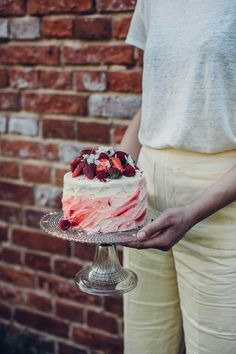 Gluten-free Strawberry-Raspberry Cake with Sparkling Wine - Our Food Stories Raspberry Cake, Strawberry Cakes, Strawberry Jam, Strawberry Cake Decorations, Wine Ingredients, Icing Tips, Red Food Coloring, Sparkling Wine, Strawberries And Cream