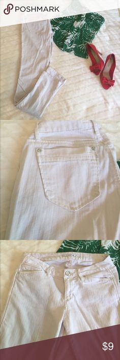 """White skinny jeans White skinny jeans good condition. W 28 (28"""" circumference) Equivalent to size 8/10 pants. Only worn twice and washed. Super cute for a day out or date night with heels!!! Offers welcome! Joe's Jeans Pants Skinny"""
