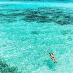 A praia de #MangelHalto definitivamente ficou em nossas memórias. Mesmo sem faixa de areia suas águas eram tão inacreditáveis que dava vontade de ficar o dia todo lá. #Aruba está de parabéns com tanta beleza!  The Mangel Halto Beach in Aruba is our favourite for sure. Its waters are unbelievable!  #PartiuAruba #DiscoverAruba @aruba_br