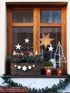 Keramická dílna Hliněnka - New Deko Sites Woodland Christmas, Christmas Porch, Christmas Mood, Christmas Wreaths, Christmas Crafts, Xmas, Christmas Shirts, Christmas Window Decorations, Holiday Decor