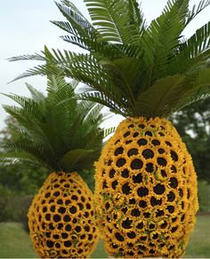Party Yard Art: Sunflower Pineapple Flower Sculptures By Preston Bailey Preston Bailey, Sunflower Centerpieces, Picnic Centerpieces, Pineapple Centerpiece, Sunflower Vase, Giant Sunflower, Sunflower Design, Wedding Centerpieces, Pineapple Flowers