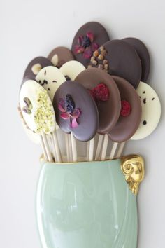 """I love these chocolate """"lollipops""""! Both beautiful and delicious, I am sure. From Boutique Aromatique in England. I love these chocolate lollipops! Both beautiful and delicious, I am sure. From Boutique Aromatique in England. Chocolate Pops, Chocolate Lollipops, Chocolate Desserts, Chocolate Flowers, Candy Recipes, Sweet Recipes, Dessert Recipes, Picnic Recipes, Baking Desserts"""