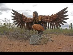Cosplay Artist Alexis Noriega Makes Life-Like Giant Feathered Wings Larp, Bird Wings Costume, Crow Costume, Parrot Costume, Eagle Costume, Cosplay Wings, Diy Wings, Eagle Wings, Fantasy Costumes