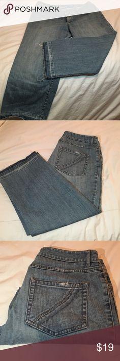 "ELIE TAHARI CROPPED DENIM JEANS 👖 Elie Tahari Cropped Faded Denim Jeans. Classic 5 Pocket. Size 12.  9"" Rise. 21"" Inseam. 8 1/2"" ankle opening. Elie Tahari Jeans Ankle & Cropped"