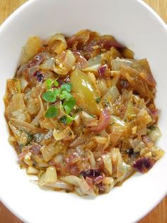 Tak przygotowaną cebulę można użyć na wiele sposobów - może być dodatkiem do smażonego mięsa, do serów, zwyczajnie - do chleba, albo tak ja... Appetizer Salads, Appetizers, Cooking Time, Cooking Recipes, Polish Recipes, Vegetable Side Dishes, Kraut, Bon Appetit, Healthy Living