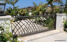 Moderno portón de metal con motivo decorativo