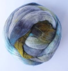 Zelf geverfde merinowol met zijde, olijf oud blauw, per 88 gram